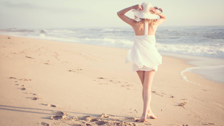Pasear por la playa para quemar más calorías. (RawFilm para Unsplash)