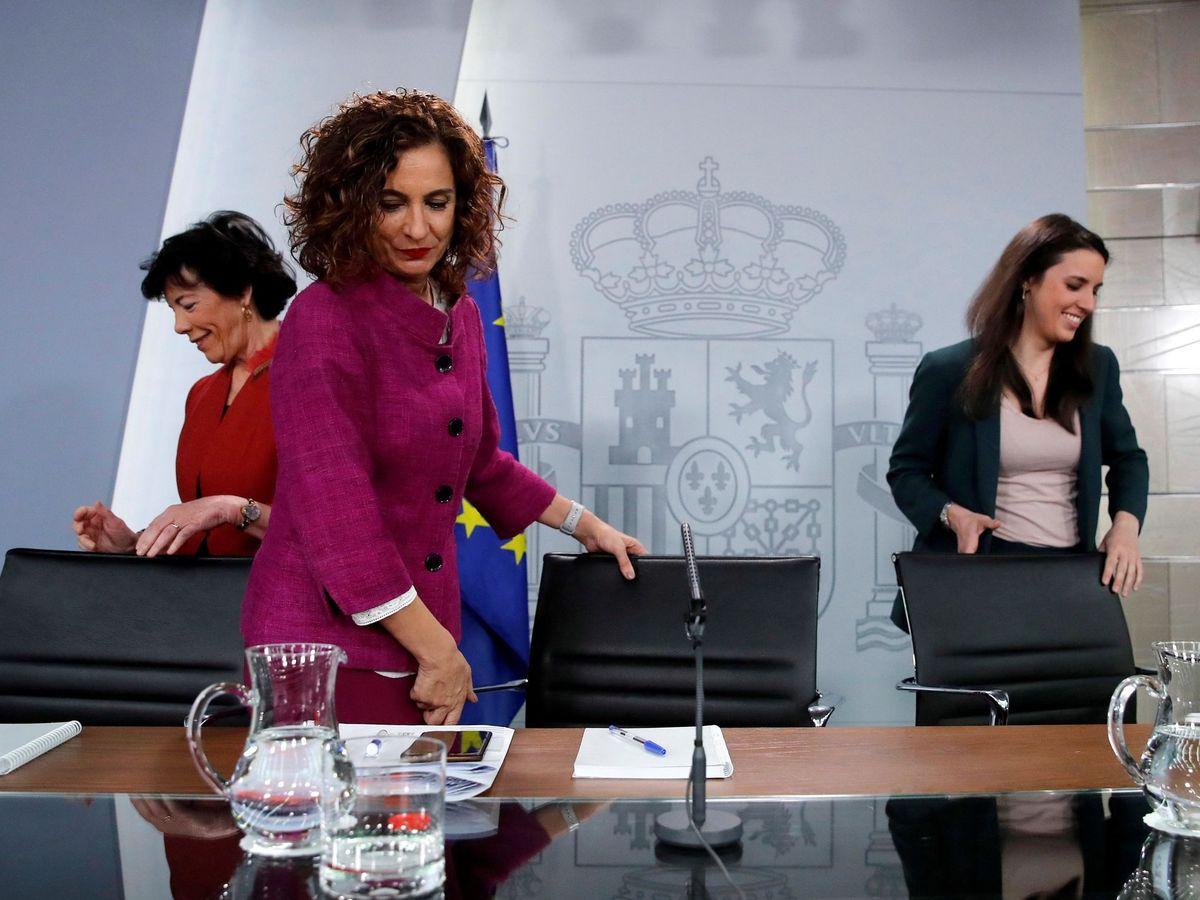 Foto: La portavoz del Gobierno y titular de Hacienda, María Jesús Montero, con las ministras de Educación e Igualdad, Isabel Celaá e Irene Montero, este 3 de marzo en la Moncloa. (EFE)