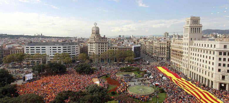 Foto: Varios miles de personas se concentran en el centro de Barcelona el 12 de octubre. (Efe)