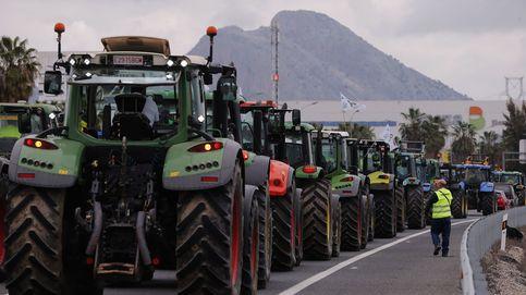Mil tractores cortan la A-92 y la A-45 contra los bajos precios del campo en Antequera