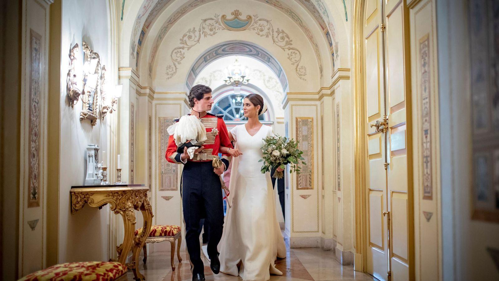 Foto: Los duques de Huéscar, recién casados, en el palacio de Liria. (EFE)