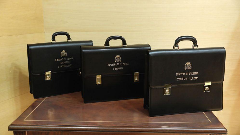 Foto: Tres de las carteras de los ministerios del nuevo Gobierno de Pedro Sánchez esperan a los nuevos titulares. (EFE)