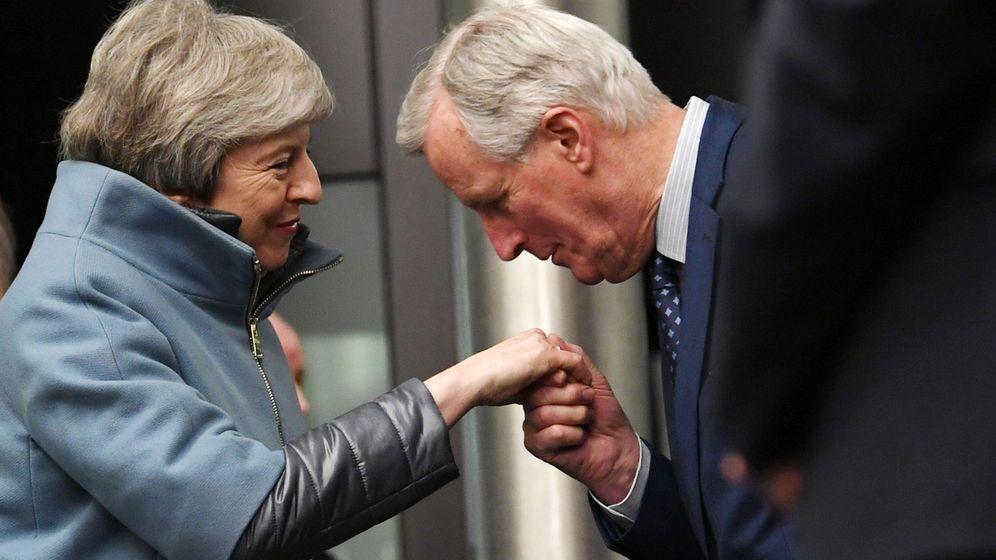 Foto: Michel Barnier saluda a la primera ministra británica. (EFE)
