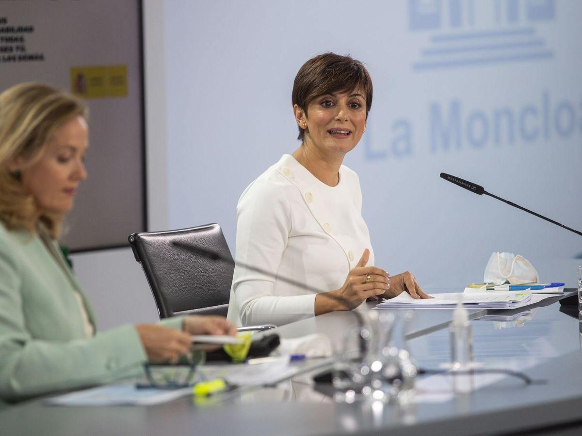 Foto: La ministra portavoz, Isabel Rodríguez, y la vicepresidenta primera y ministra de Economía Nadia Calviño, durante la rueda de prensa posterior a la reunión del Consejo de Ministros de este martes. (EFE)