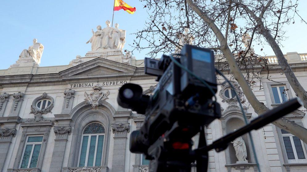 Foto: Medios de comunicación a las puertas del Tribunal Supremo, donde este martes se celebra la primera sesión del juicio del 'procés'. (EFE)