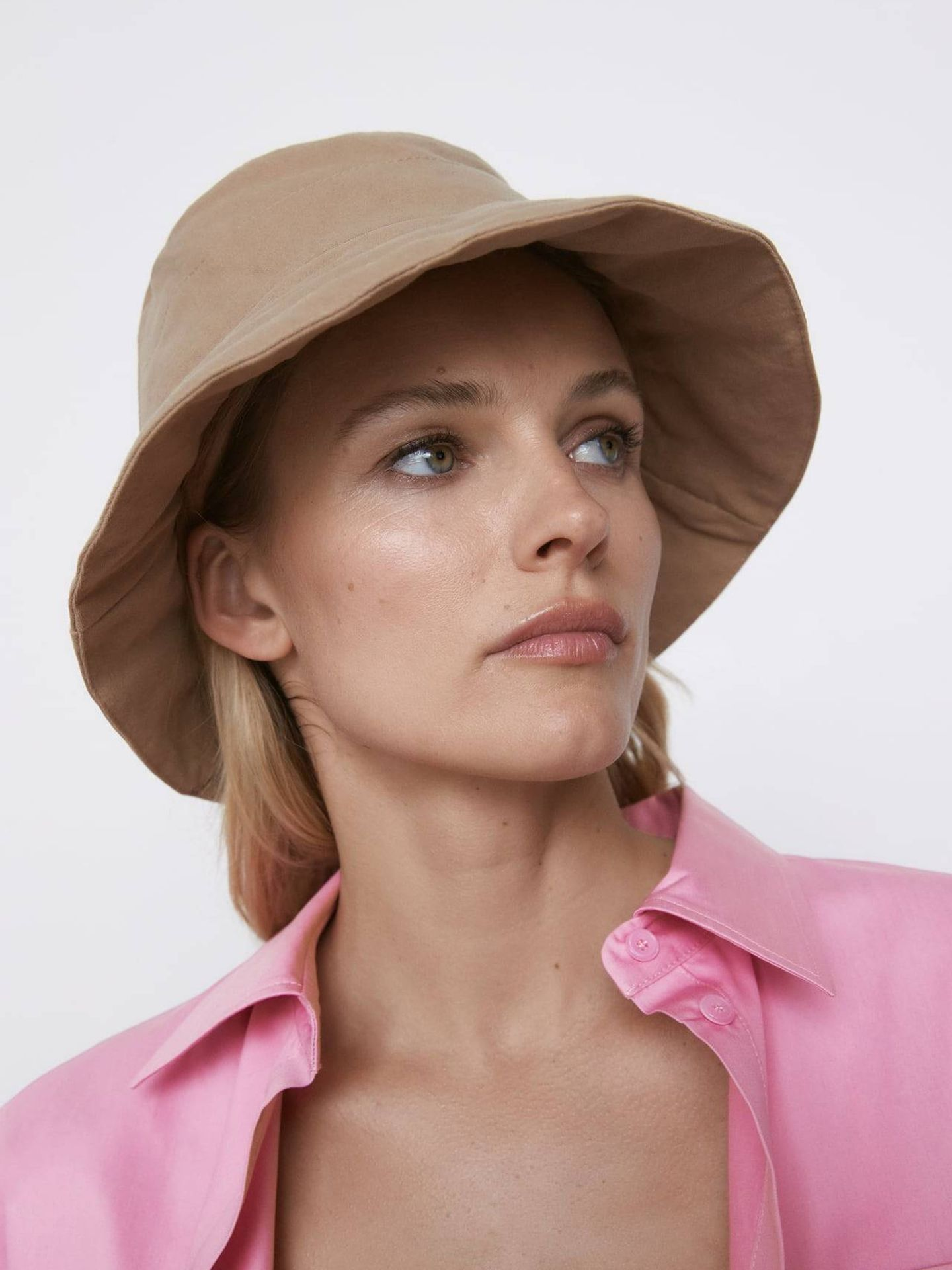 Sombrero bucket de Zara. (Cortesía)