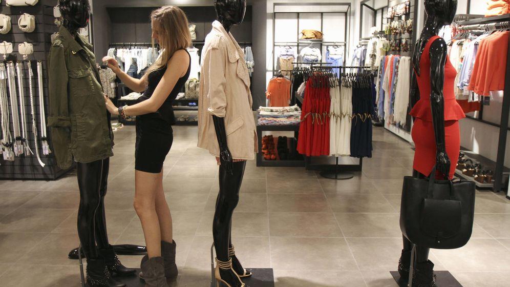 Foto: Una dependienta viste un maniquí en una tienda de Zara en Arteixo, A Coruña. (Reuters)