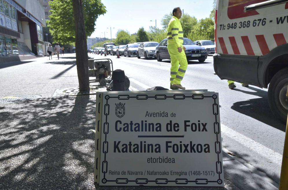 Foto: Trabajos para la rotulación de la avenida Catalina de Foix en sustitución de la avenida del Ejército el pasado 29 de abril en Pamplona. (EC)