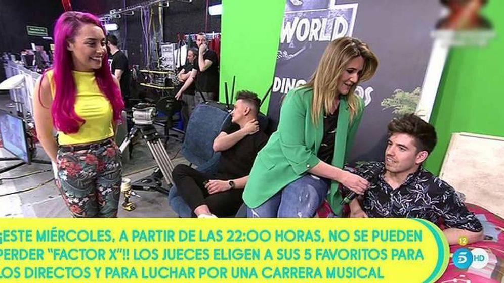 Foto:  Carlota Corredera se acerca a saludar a Roi en 'Sálvame'. (Telecinco)