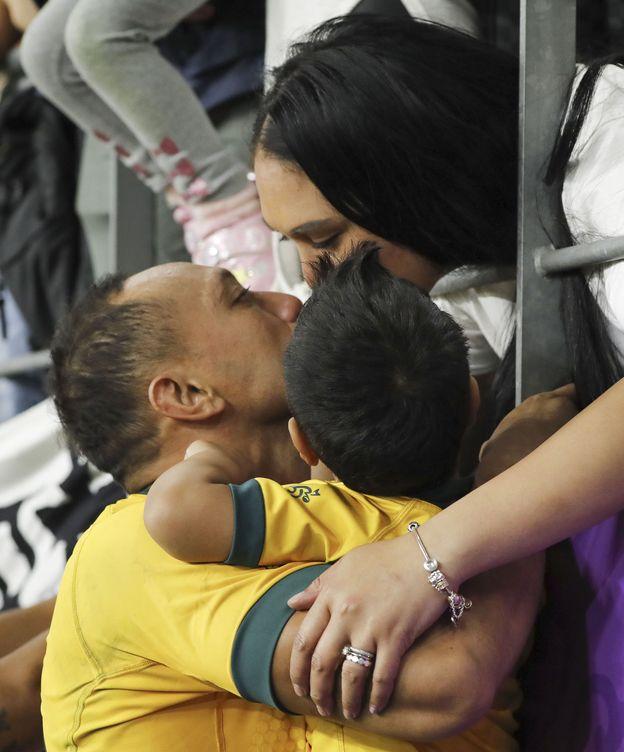 Foto: Christian Lealiifano junto a su hijo y su mujer. (EFE)