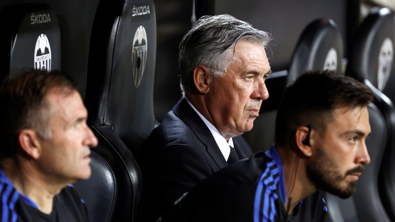 Ancelotti, en el banquillo de Mestalla. (EFE)