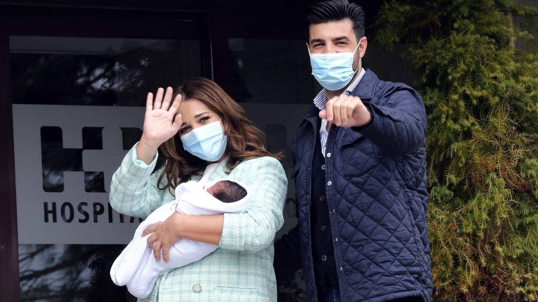 Foto: Paula y Miguel dejan el hospital. (CP)