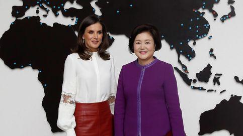 Falda de cuero roja y taconazos: la reina Letizia actualiza uno de sus más recordados looks en Corea