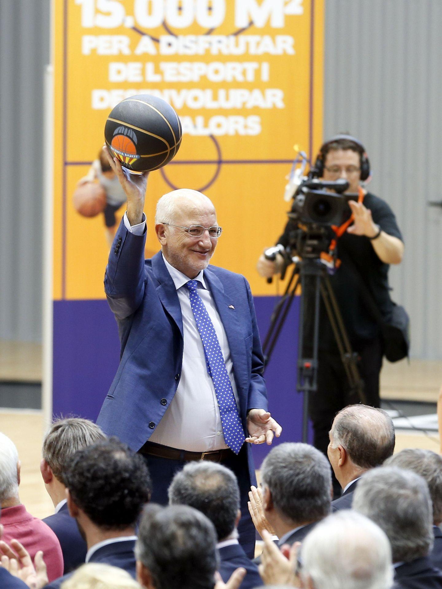 Juan Roig, saluda con un balón a los asitentes a la inauguración de L'Alqueria del Basket. (EFE)