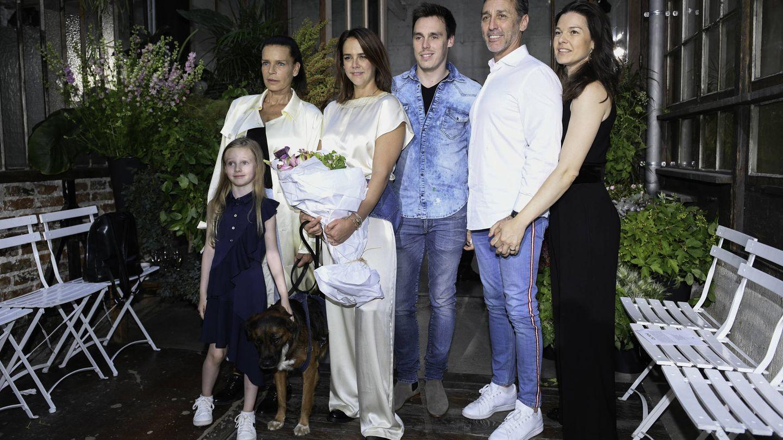 Estefanía de Mónaco junto a Daniel Ducruet y su actual pareja, durante la presentación de la colección de ropa de Pauline. (Getty)
