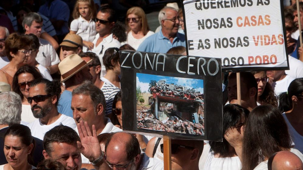 Foto: Manifestación de los afectados por la explosión en Tui, Pontevedra. (EFE)