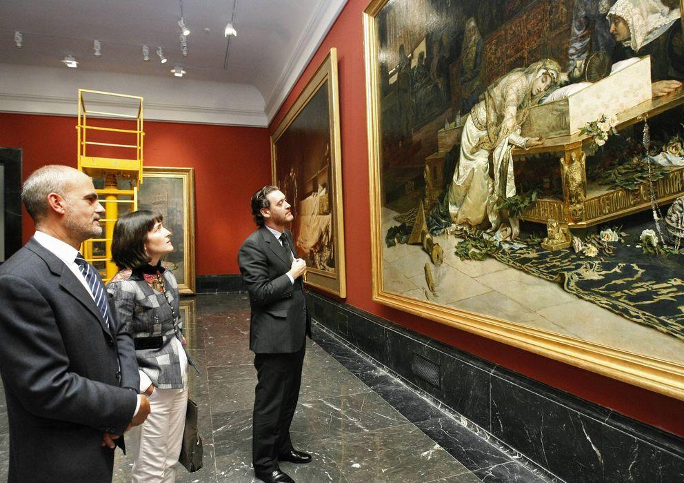 Foto: José Luis Díez junto a Ángeles González-Sinde y Miguel Zugaza, en 2009, ante 'Los amantes de Teruel'. (Efe)