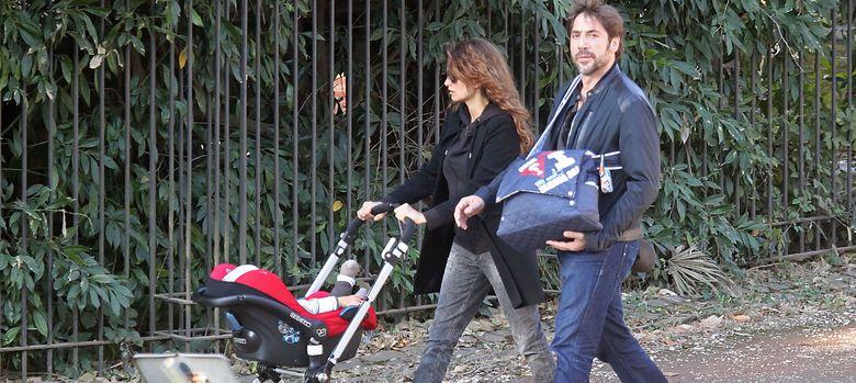 Foto: La pareja de actores paseando a su primer hijo, en una imagen de archivo (I.C.)