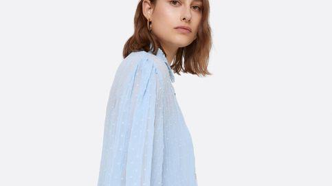 Fantasía es esta camisa azul cielo de plumeti de Uterqüe