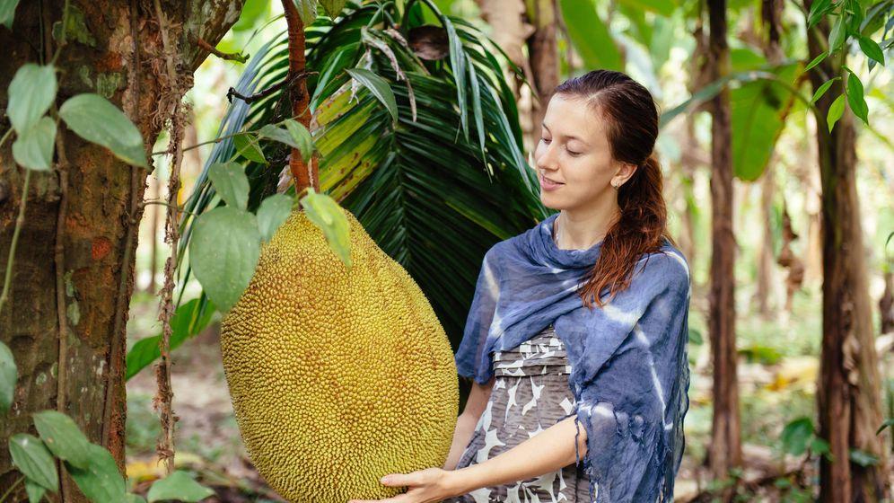 Foto: La fruta gigante (o una chica muy pequeña). (iStock)