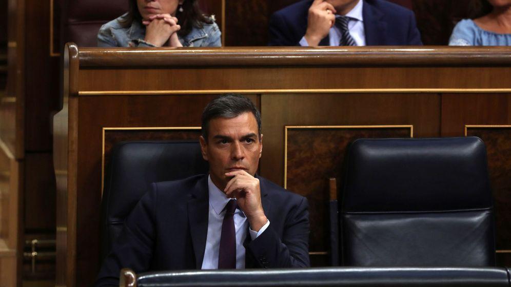 Foto: El presidente del Gobierno en funciones, Pedro Sánchez, asiste a la comparecencia de la vicepresidenta en funciones, Carmen Calvo. (EFE)