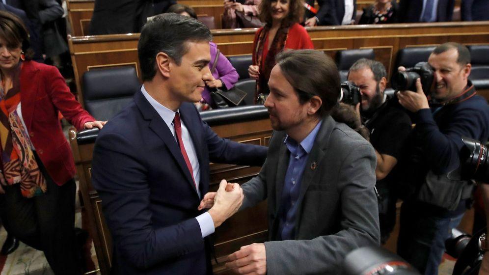 Foto: El líder de Unidas Podemos, Pablo Iglesias (d), felicita a Pedro Sánchez, tras su investidura como presidente del Gobierno. (EFE)