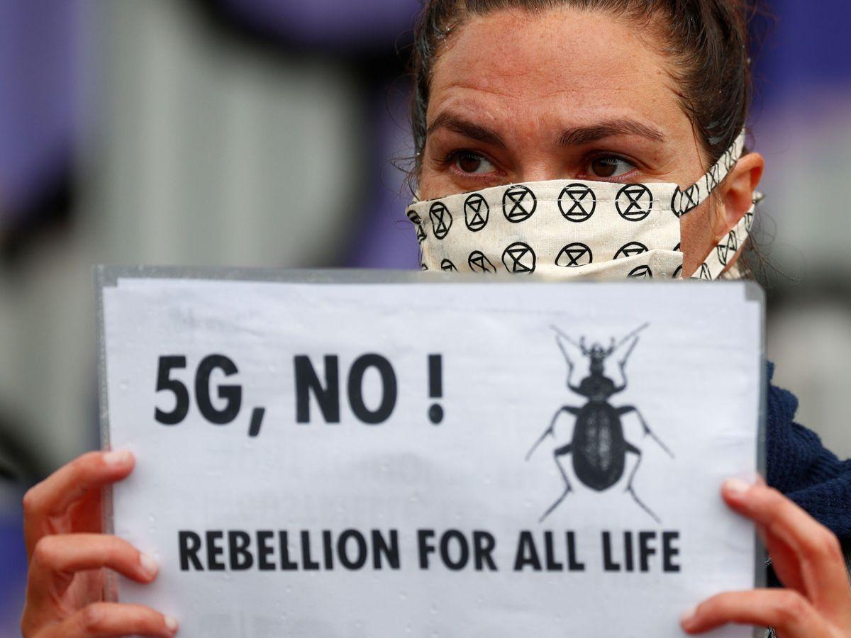 Foto: Una activista climática protesta contra el 5G. Foto: REUTERS Francois Lenoir