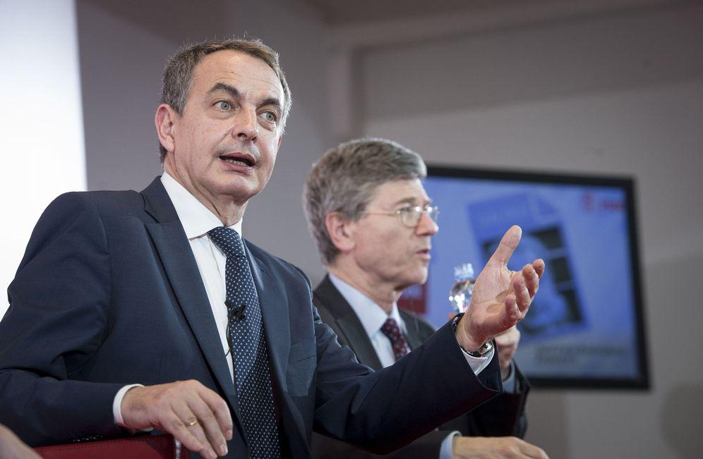 Foto: José Luis Rodríguez Zapatero y el economista estadounidense Jeffrey Sachs, durante su diálogo en el Círculo de Bellas Artes de Madrid, este 14 de marzo. (EFE)