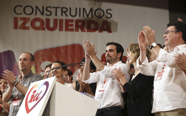 Foto: Alberto Garzón, recién proclamado coordinador federal de IU, rodeado de la nueva dirección, al término de la XI Asamblea, este 5 de junio. (EFE)