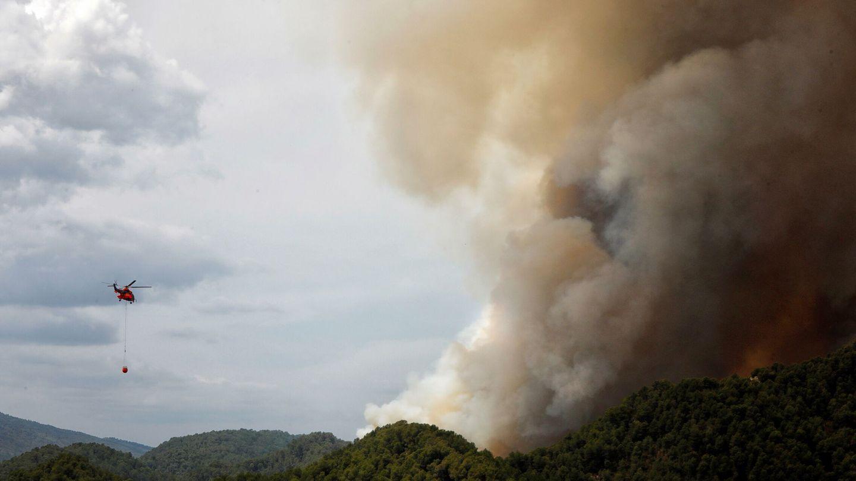 Un helicóptero de la UME trabaja en la extinción de un incendio. (EFE)