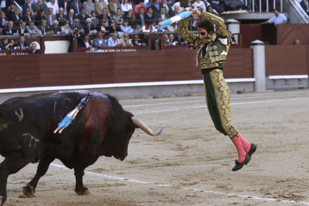 Foto: El diestro Juan José Padilla pone un par de banderillas a su segundo toro en el decimocuarto festejo de la Feria de San Isidro. (EFE)