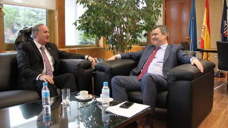 El presidente de la Federación Española de Taekwondo, Jesús Castellanos, con el presidente del CSD, Miguel Cardenal (2015).