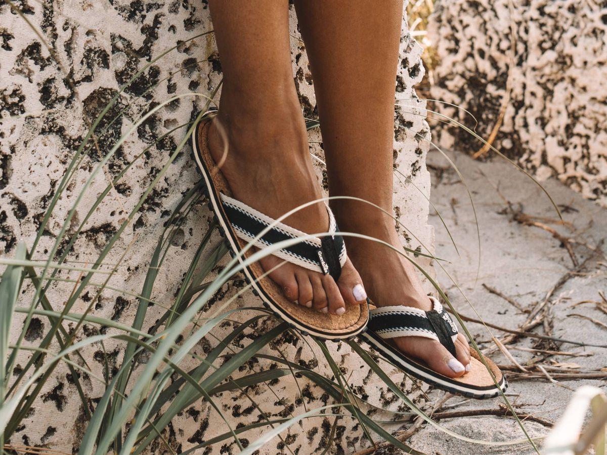 Foto: Moderniza tu colección de zapatos de playa con estos diseños ideales. (Alex Azabache para Unsplash)