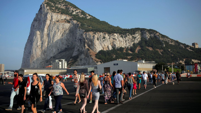 Cruce junto a la frontera ante el Peñón de Gibraltar. (Reuters)