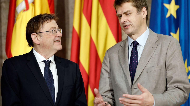 El president de la Generalitat, Ximo Puig (d), con el nuevo embajador del Reino Unido en España, Hugh Elliott. (EFE)