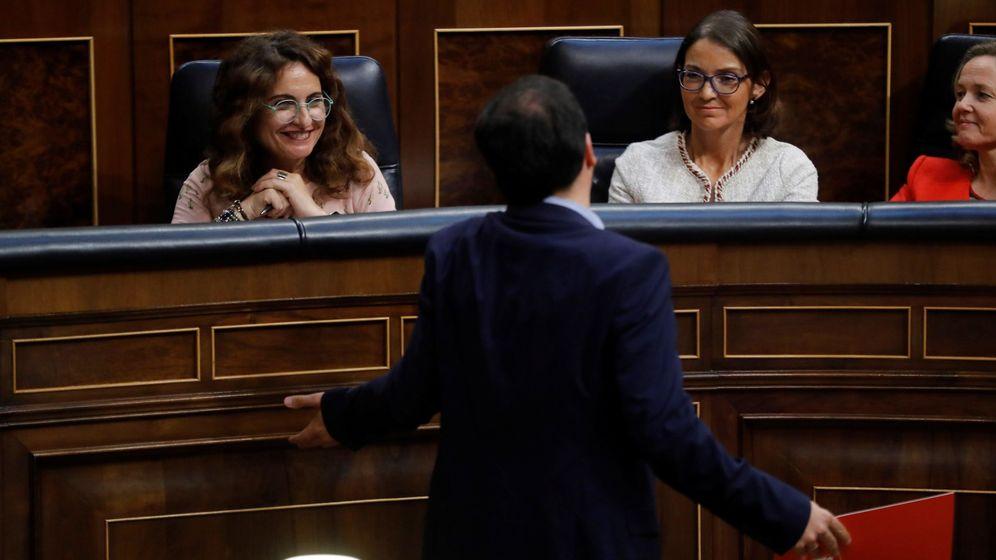 Foto: El portavoz de Izquierda Unida, Alberto Garzón, pasa delante de la ministra de Hacienda, María Jesús Montero. (EFE)