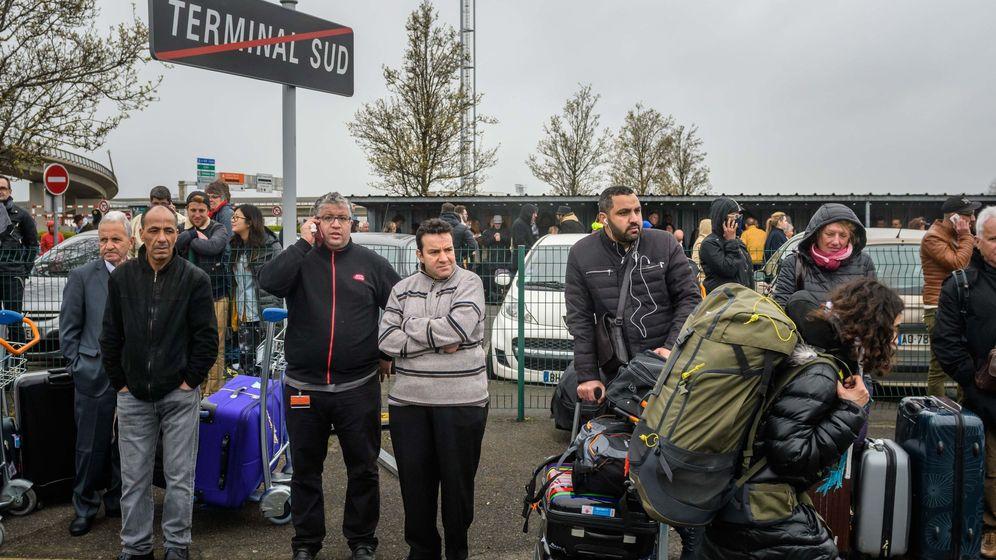 Foto: Pasajeros evacuados en la terminal sur del aeropuerto de Orly. (EFE)