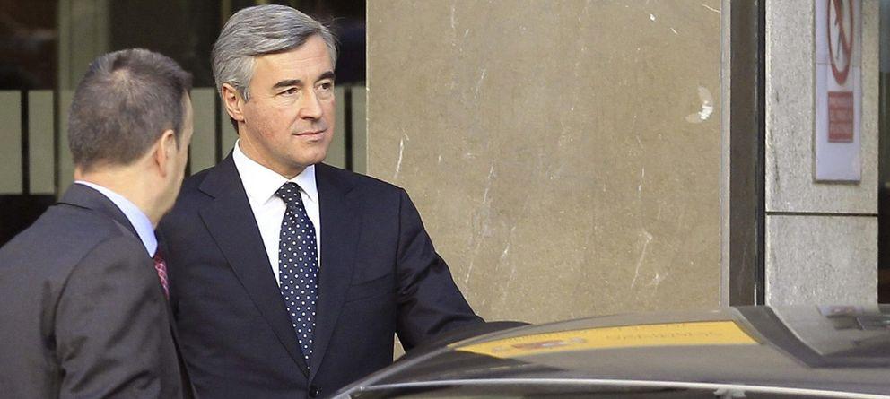 Foto: El ex secretario general del PP, Ángel Acebes, a su salida de la Audiencia (Efe)