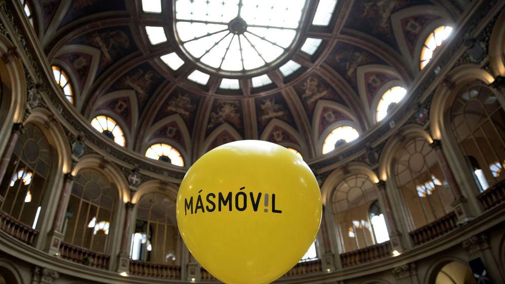 Foto: Un globo con el logo de MásMóvil, durante la salida a bolsa de la compañía. (Reuters)