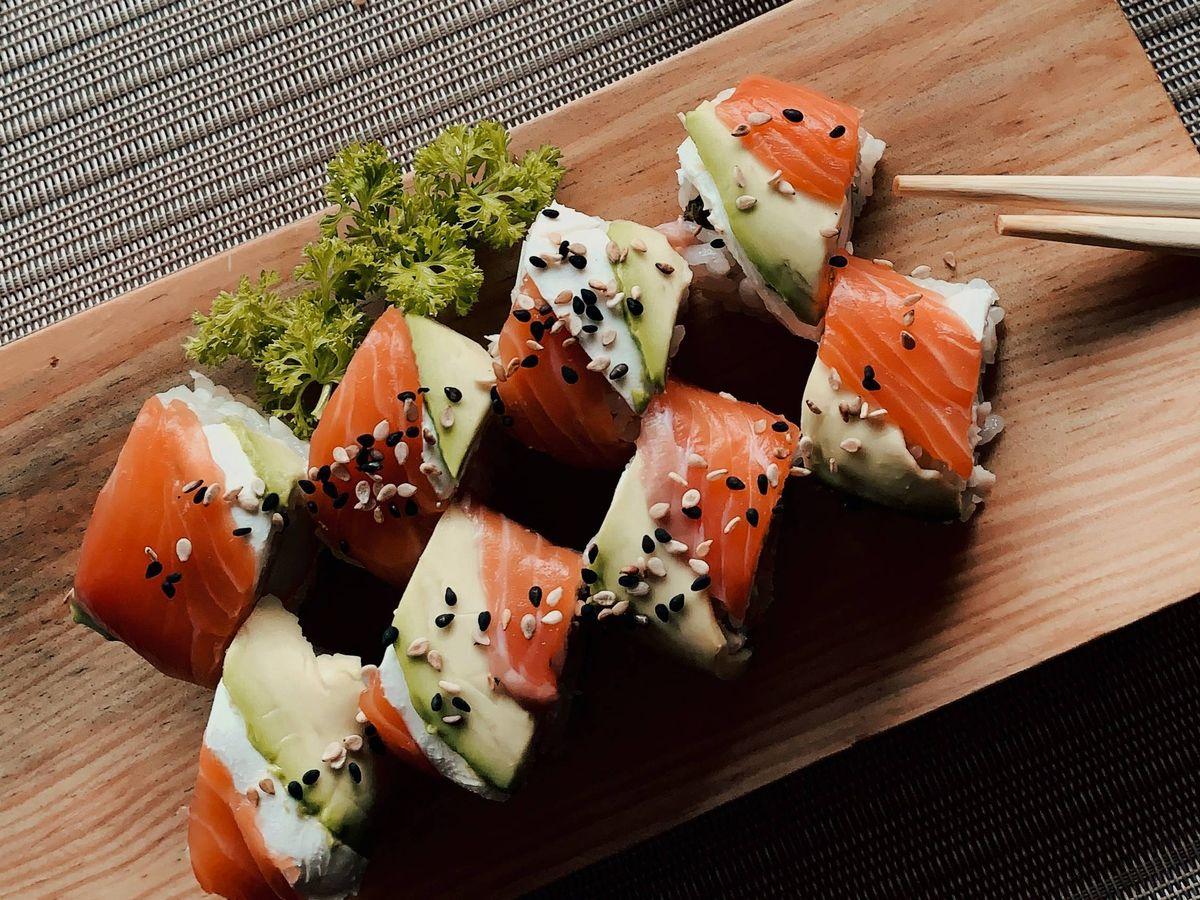 Foto: Adelgaza comiendo sushi. (Derek Duran para Unsplash)
