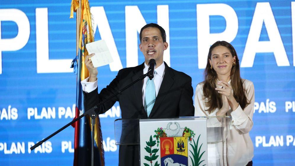 Foto: Juan Guaidó y su esposa Fabiana Rosales durante la presentación del llamado Plan País. (EFE)