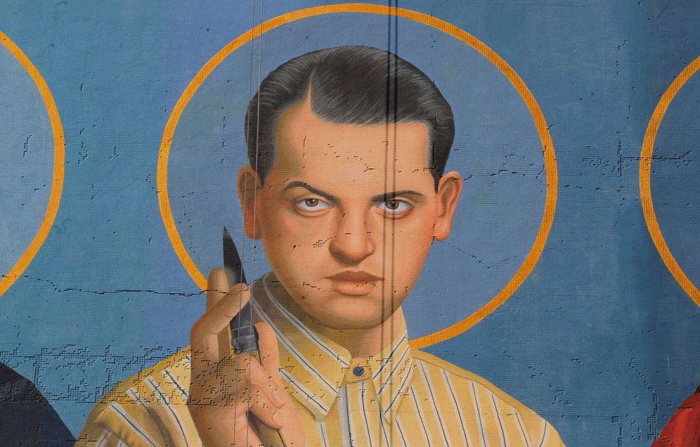 Foto: Luis Buñuel representado como santo en un mural de Montevideo, Uruguay. (EFE)