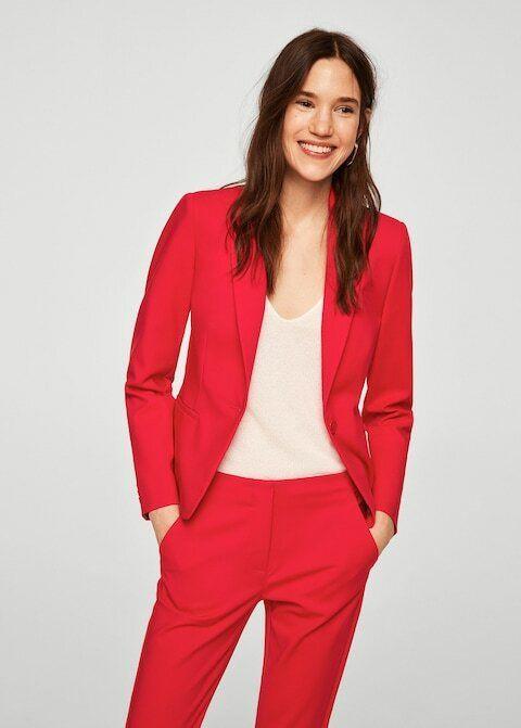 Traje rojo: blazer (35,99 €) y pantalón (25,99 €), de Mango.