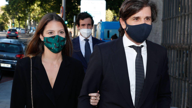Álvaro Falcó e Isabelle Junot llegan al funeral del marqués de Griñón. (Gtres)
