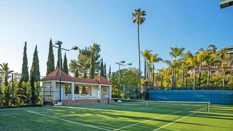 La pista de tenis, estilo Wimbledon. (Realtor)