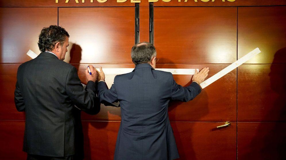 Foto: Dos operarios a las puertas del patio de butacas del Teatro Real. (EFE)