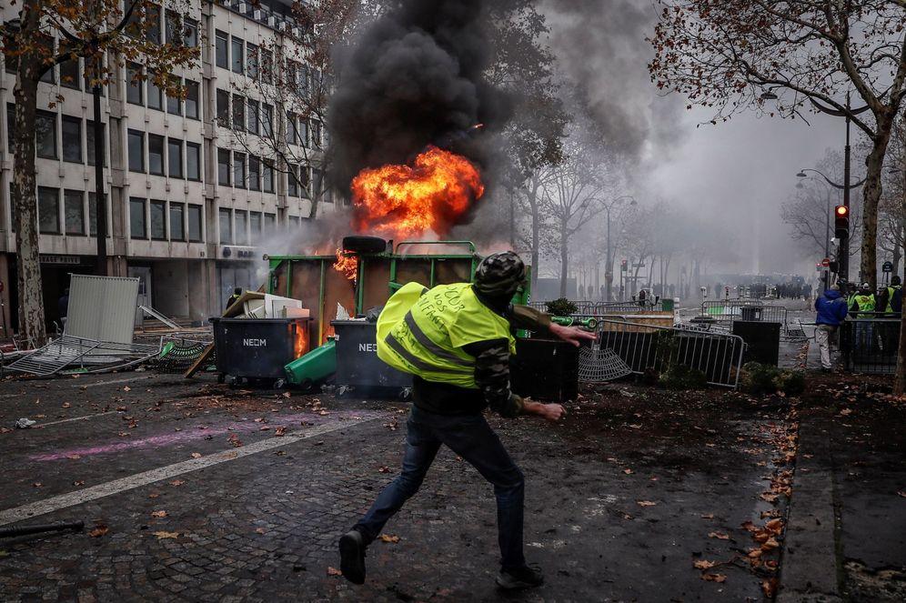 Foto: Un manifestante de los autodenominados chalecos amarillos se enfrenta a los agentes en París. (EFE)