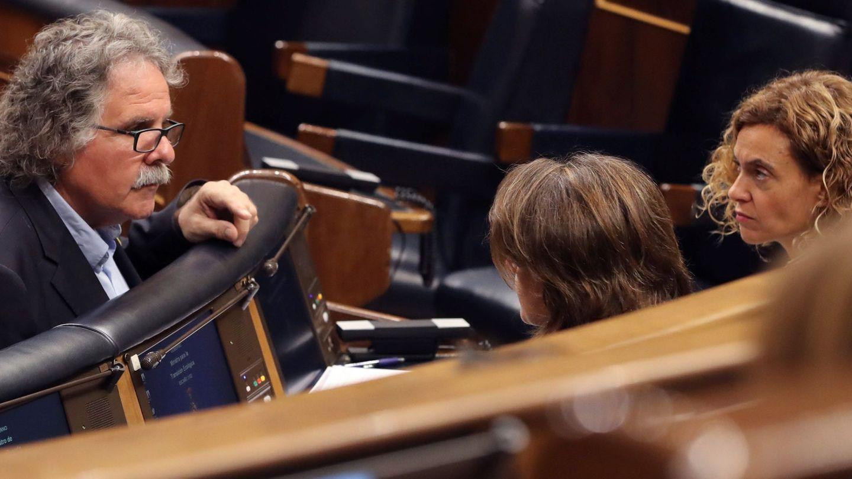 La ministra de Administraciones Territoriales Meritxell Batet conversa con el portavoz de ERC Joan Tardá.