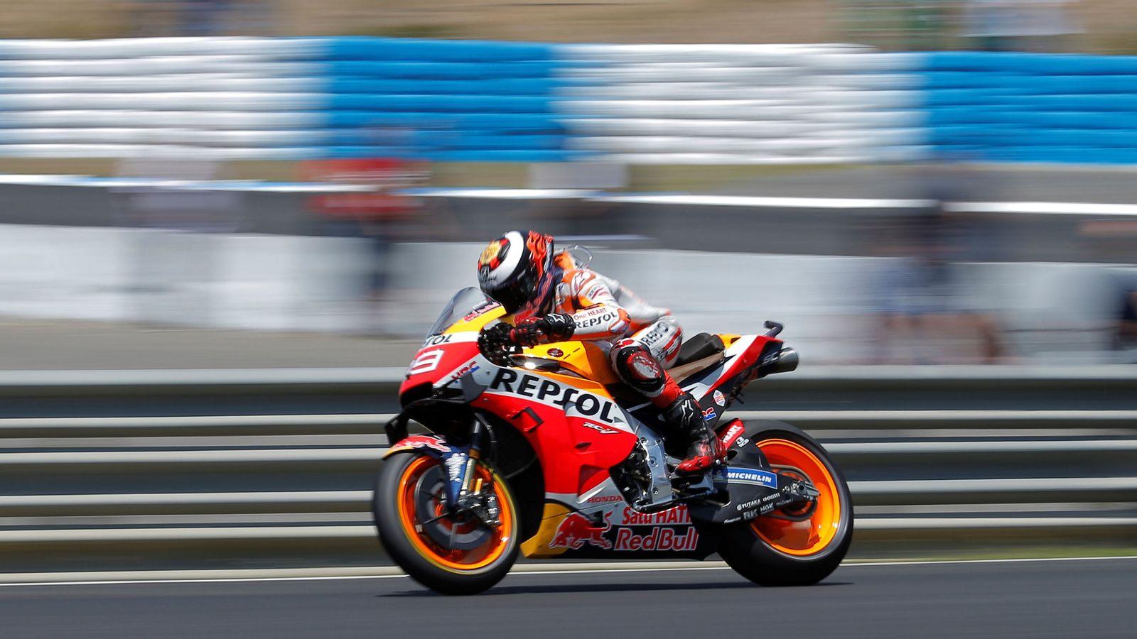 Foto: Jorge Lorenzo, rodando solo durante la carrera de este domingo en Jerez. (Reuters)