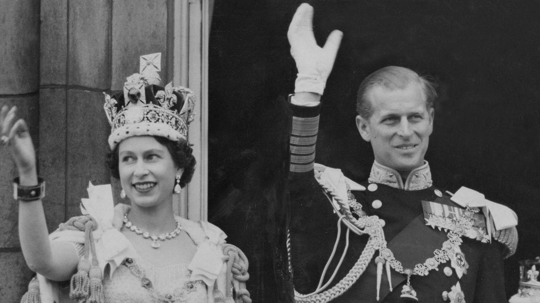 Primera imagen de la pareja en Buckingham tras la coronación de Isabel. (Cordon Press)